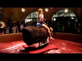 Круто девушка танцует на быке)