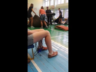 Как мальчики через коня прыгали)