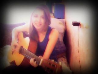 Что-то типо игры на гитаре, и пою песню (махоми)