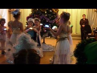 Танец звездочек на Новогодней елке в детском саду.