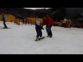 малюк опановує сноуборд!