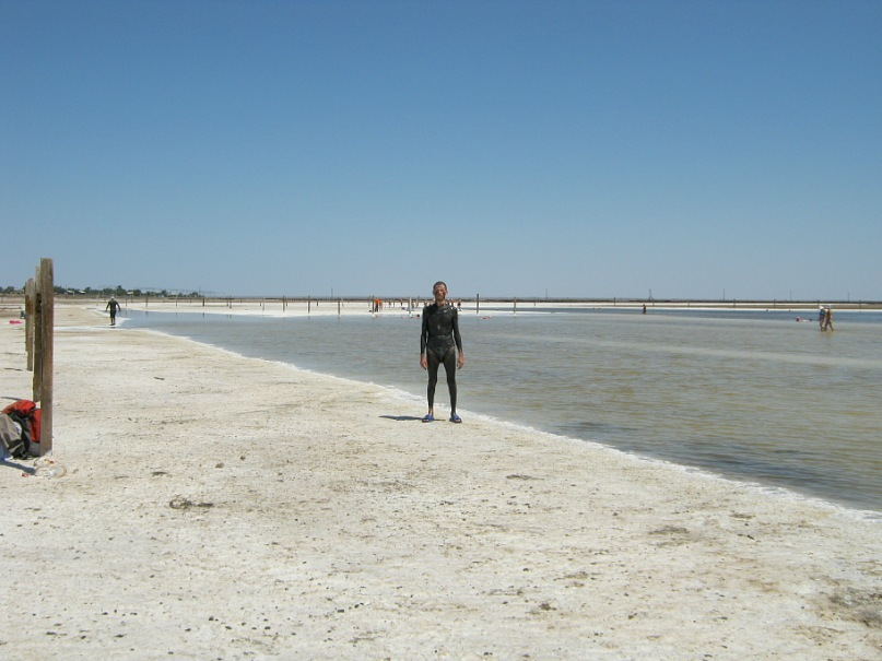 Измазанный в лечебной грязи на озере Баскунчак