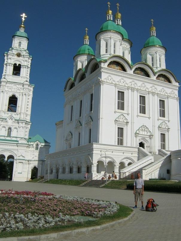 церковь и ворота внутри Астраханского Кремля