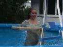 Девушка купается в одежде и в туфлях которые застёгиваются
