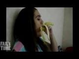 Девушки глотают бананы!