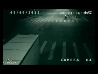 Кто Это? И Что это?Шокирующая запись камеры наблюдения за дорожным движением.