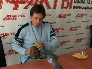 Необычный музыкальный инструмент.Игорь Растеряев на пресс-конференции играет на фляжке