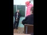 Мама мальчика наорала на девочку за то что её сын избил ее и она дала здачи)