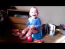 Дені не може стримати емоцій спостерігаючи як мама лопає шаріки =