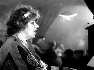 Фаина Раневская в роли таперши. Поёт романс.