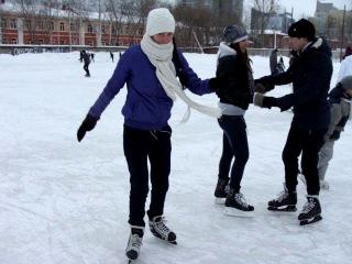 Дябка моя учится стоять на коньках))))