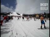 Сотни лыжников и сноубордистов в одних купальниках съехали с горы в Кузбассе