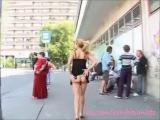 Эксгибиционистка на остановке , ходит и оголяется при всех )