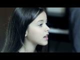 маленькая девочка красиво поёт)