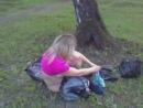 Голая девка в парке