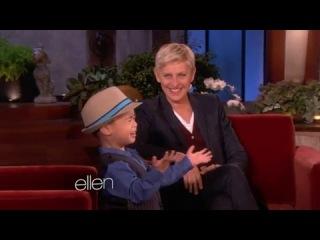 маленький мальчик поет песню Бруно Марса