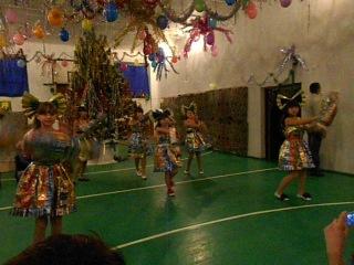 Танец в платьях из конфетных фантиков