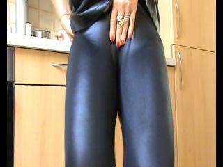 Black shiny leggings pee (a\w)
