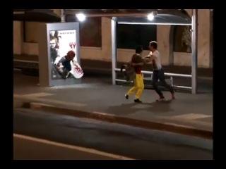 Кукла Чакки на автобусной остановке,очень страшный розыгрыш!