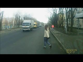 тупая баба на дороге