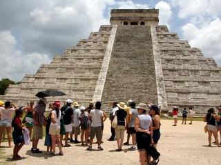 Мексика, Чичен-Ица, пирамида Кукулькан, отзвук священной птицы Кецаль Коатль, июль 2012