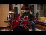 Джо играет на барабанах
