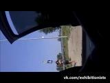 Девушка сама идет на встречу к эксгибиционисту в авто , заметила !