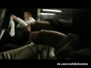 Эксгибиционист дрочит член при хорошенькой девушке в автобусе