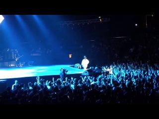 Во время концерта в Макао, Рианна включила мелодию из своей новой песни, 13 сентября