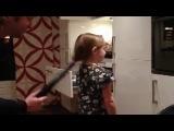 Папа делает дочке прическу