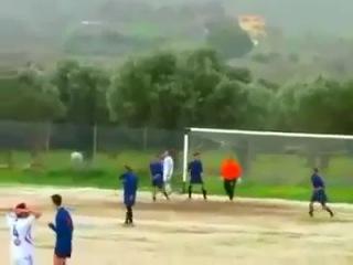 Самая жесткая неудача при ударе по воротам в футболе