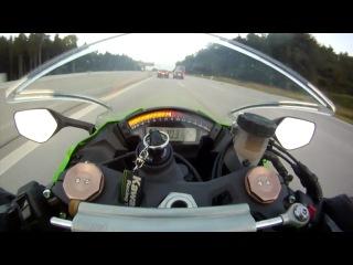 Audi RS6 обгоняет мотоцикл на скорости 300 км/ч