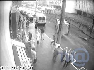 В центре Твери перевернулась маршрутка (видео с камеры наблюдения)