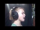Девочка поёт очень классно песню Christina Aguilera
