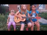 маленькая девочка прикольно поёт