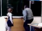 УЧИТЕЛЮ ПО ЯЙЦАМ (Russian girl kicked teachers balls)
