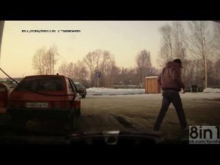 Мужик подвинул свою машину на заправке, киров, россия / слишком короткий шланг на заправке? не беда! / man pulled up his car at a gas station, kirov, russia
