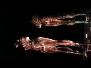 Вращающаяся скульптура мужчины и женщины в Батуми