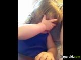 Маленькая девочка прослезилась слушая свадебную песню своих родителей