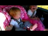 Реакция маленькой девочки на любимую песню