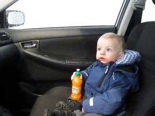 Ребенок в шоке от автоматической мойки