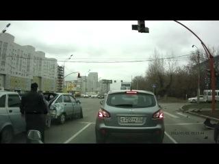 Жесткая авария с автобусом на перекрестке