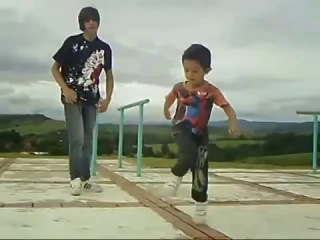 Маленький мальчик классно танцует!!!!!!!!!!