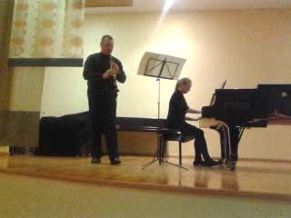 Анастасия Килдыш играет с кларнетом