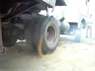 Как заводят тягач суровые индийские дальнобойщики