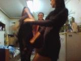 Девушки в клубах танцуют возле зеркал, А МЫ ПЕРЕД КАМЕРОЙ