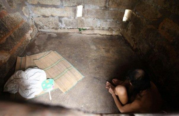 Родители заперли своего сына в каменной тюрьме на 30 лет