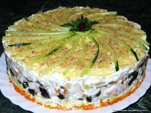 Салат с копчёной курицей, черносливом и шампиньонами