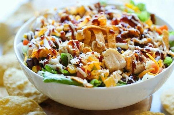 Салат из курицы с овощами под оригинальным соусом