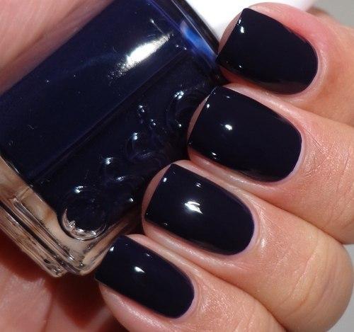 Темно-синий маникюр с дизайном